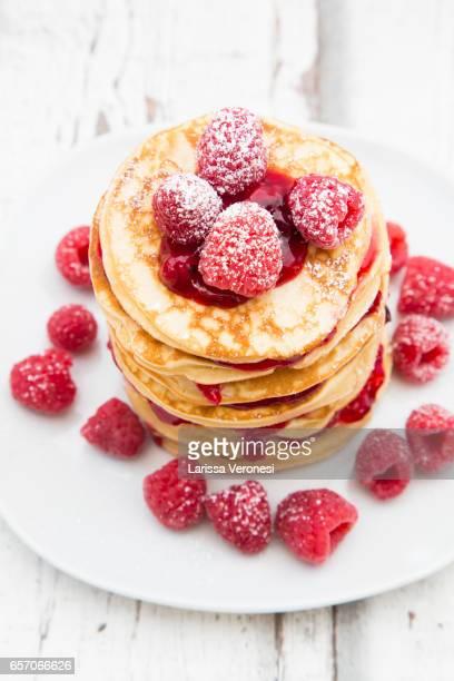 stack of pancakes with raspberry sauce and raspberries - larissa veronesi fotografías e imágenes de stock