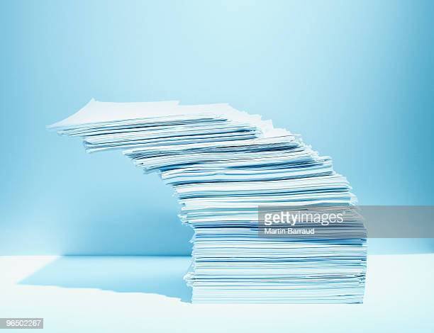 Stapel Papier herum angesiedelt haben extrem