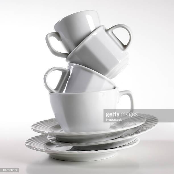 Stapel von Platten und Tassen