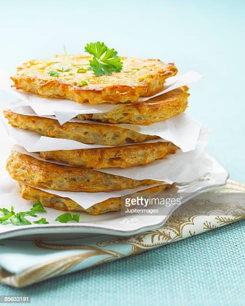 stack of potato pancakes - chanukka stock-fotos und bilder