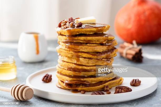 stack of pumpkin pancakes with caramel sauce - crepes photos et images de collection