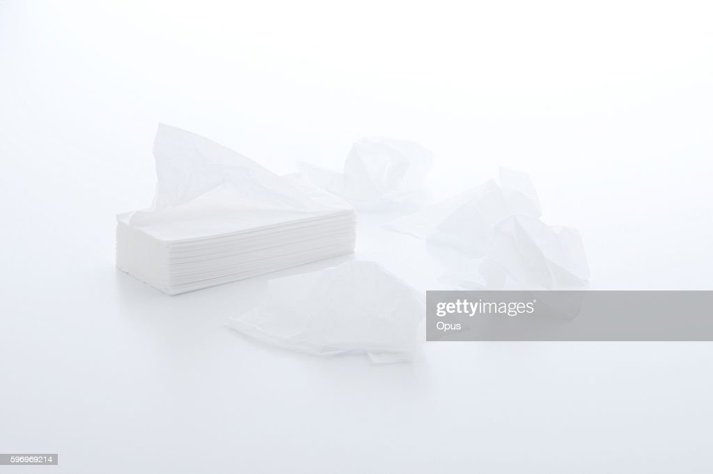 A stack of tissue paper and some crumpled tissues : Foto de stock