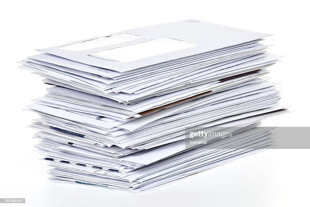 Pilha de Contas de não pagamento e Envelopes isolada no branco : Foto de stock