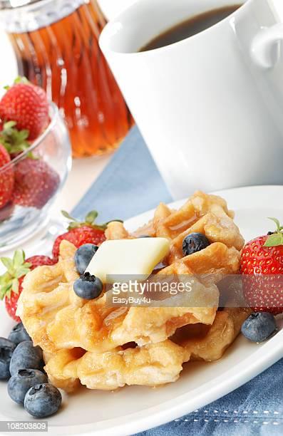 Pila de Waffles con bayas y taza de café