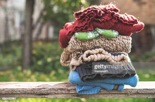 stack of warm clothing - roupa quente - fotografias e filmes do acervo