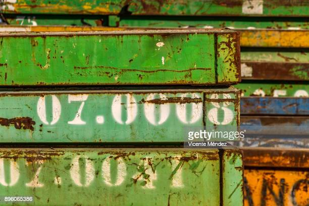 stacked containers - rust colored fotografías e imágenes de stock