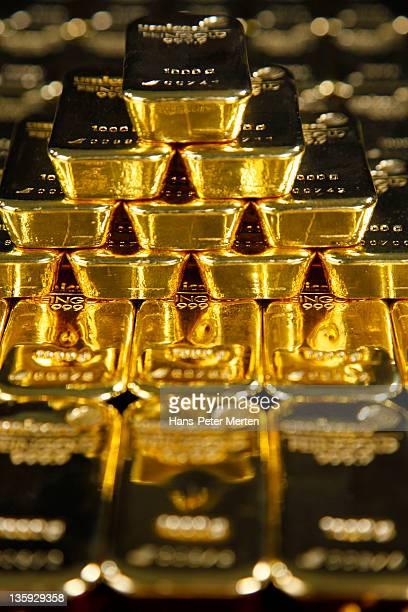 stacked gold ingots - geld und finanzen stock-fotos und bilder