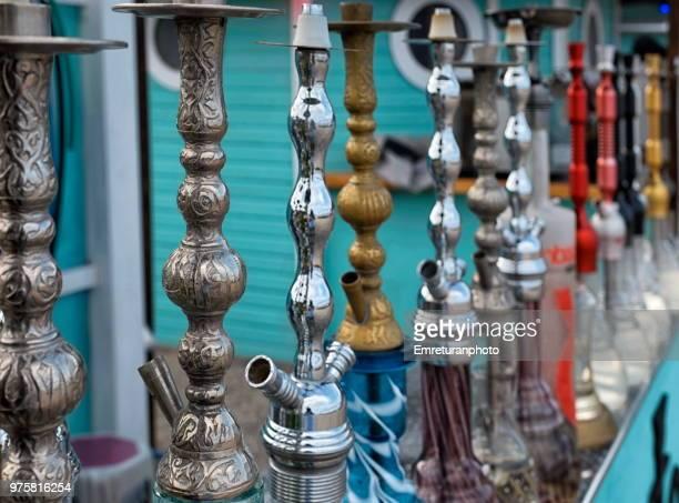 stacked hookah pipes in front of a cafe shop. - emreturanphoto stockfoto's en -beelden