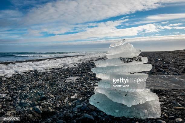 stacked ice floes, black beach, diamond beach, fjallsarlon glacier lagoon, east iceland, iceland - austurland stock-fotos und bilder