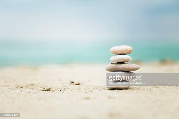 stacked pebbles - equilibrio fotografías e imágenes de stock