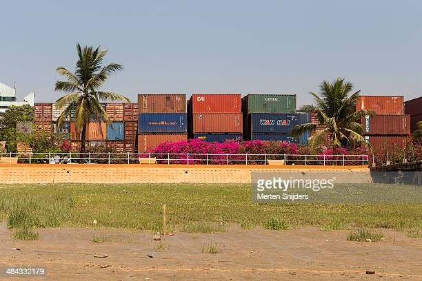 stacked seacontainers with palm trees - merten snijders 個照片及圖片檔