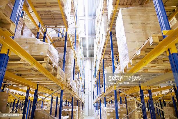 stacked shelves in distribution warehouse - hoch allgemeine beschaffenheit stock-fotos und bilder