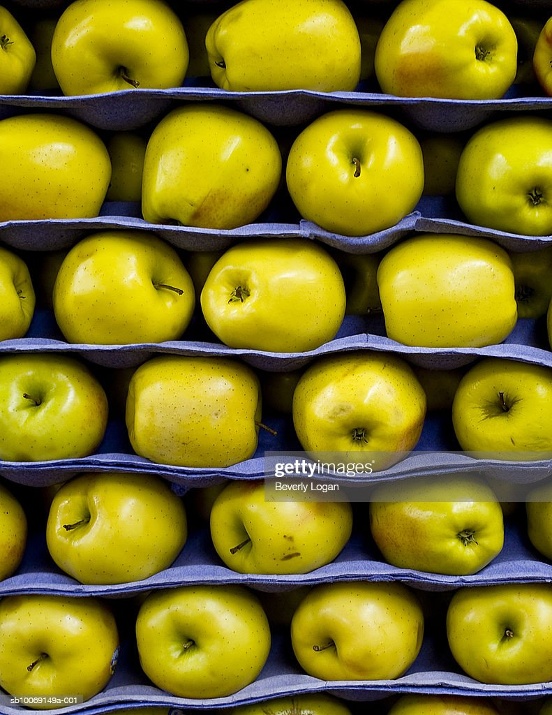 Stacked yellow apples : Stockfoto