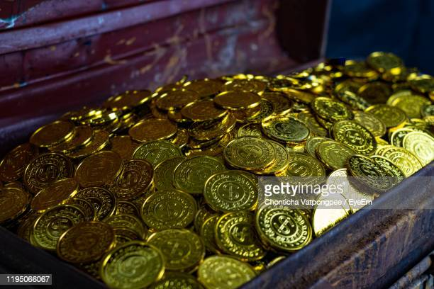 stacking gold coin in treasure chest on black background - 古代の遺物 ストックフォトと画像