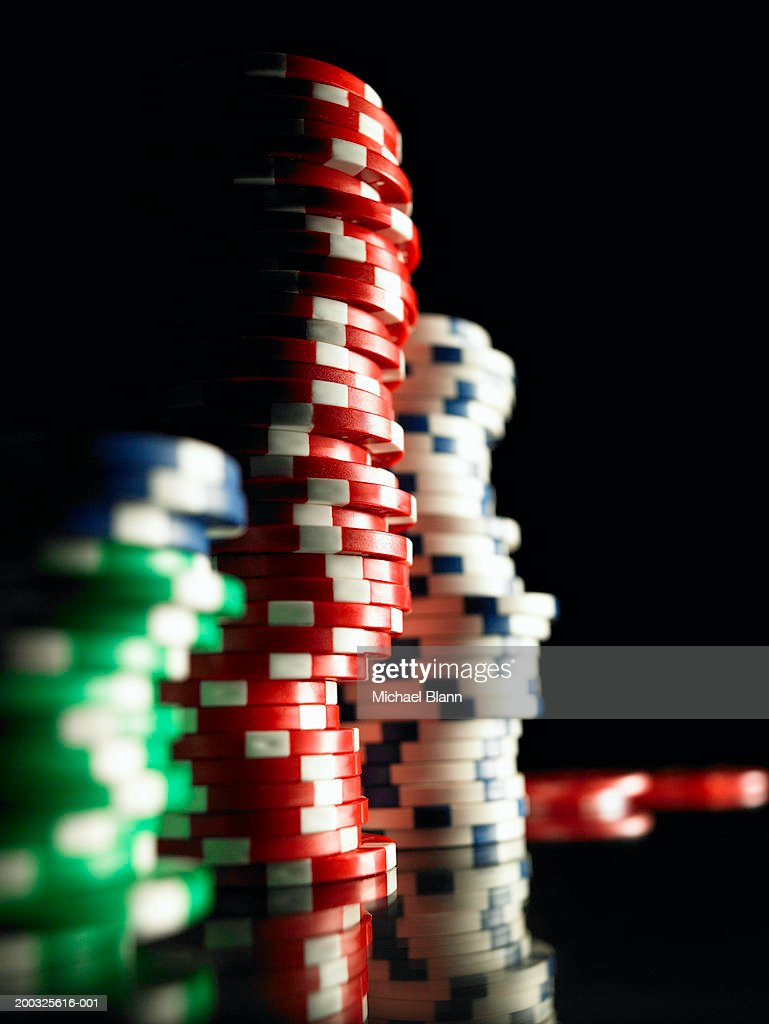 Stacks of gambling chips, close-up (focus on red chips) : Stock-Foto