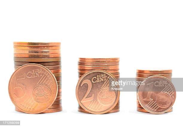 Pile di uno, due e cinque centesimi di euro di monete