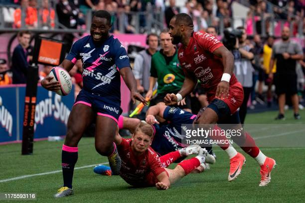 Stade Français' French winger Lester Etien avoids a tackle during the French Top 14 rugby union match between Stade Francais and RC Toulon on October...