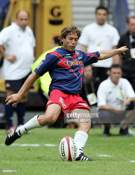 Stade Francais ItaloArgentinian Diego Dominguez kicks a penalty in a French Championship match against Perpignan 26 June 2004 in the Stade de France...