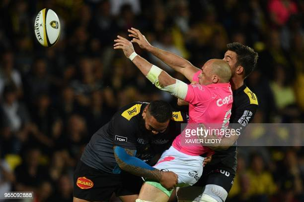 Stade Francais' Sergio Parisse passes the ball during the French Top 14 rugby union match between La Rochelle and Stade Francais on May 5 2018 at the...