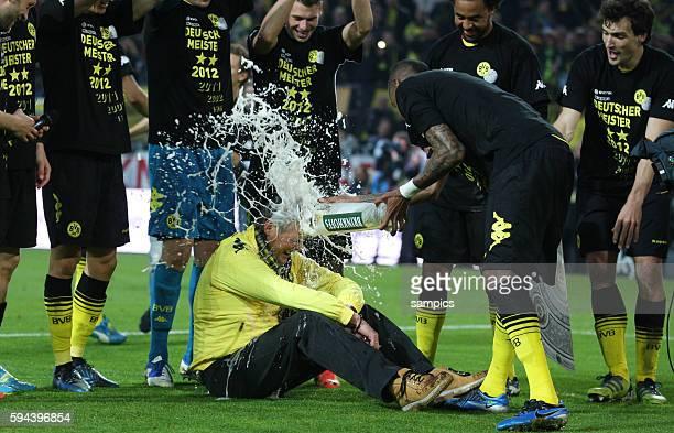 Stadionsprecher Norbert Dickel bekommt eine Bierdusche von Santana Borussia Dortmund feiert die deutsche Fussballmeisterschaft durch den Sieg gegen...