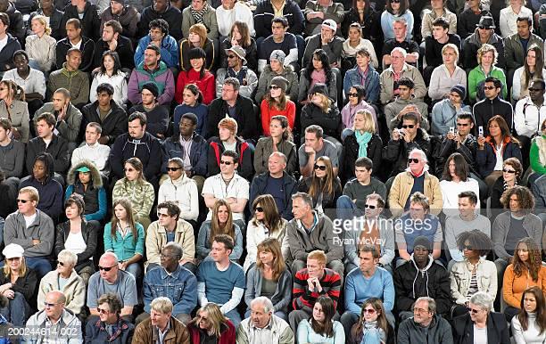 Gente sentada gradas fotograf as e im genes de stock for Imagenes de gradas