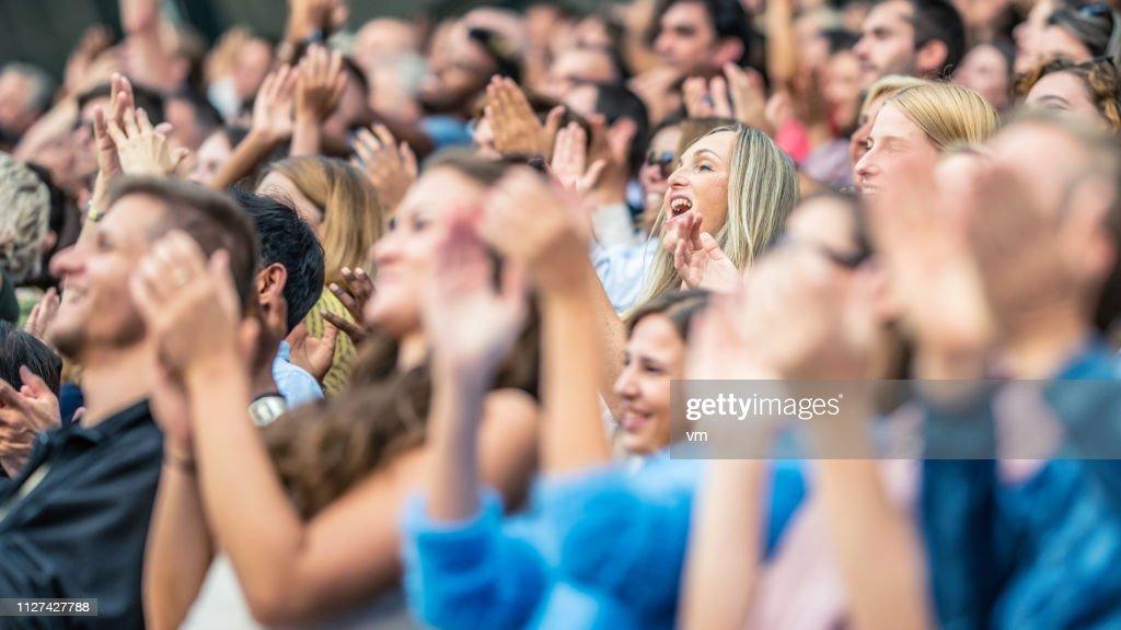 スタジアムの観客の声援と拍手 : ストックフォト