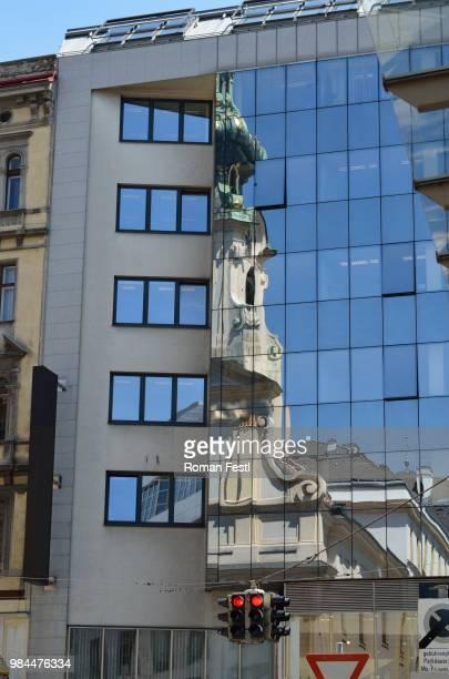 stadt im spiegel - spiegel in der stadt - stadt stock pictures, royalty-free photos & images