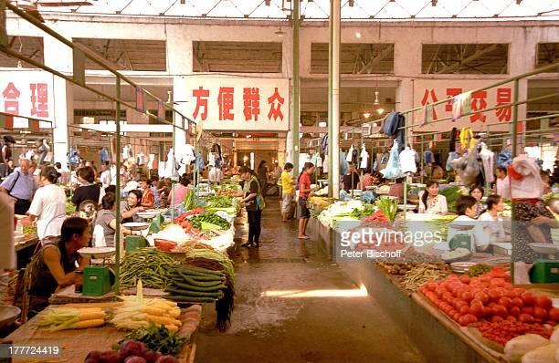 Stadt Wuhan Provinz Hubei China Asien Reise Rundreise Markt Stand Verkauf Produkte Lebensmittel Obst Gemüse Früchte Einheimische Touristen SA
