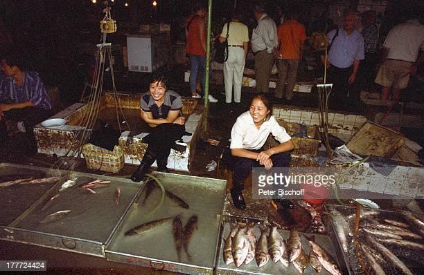 Stadt Wuhan Provinz Hubei China Asien Reise Rundreise Markt Stand Verkauf Produkte Lebensmittel Fisch Einheimische Touristen SA