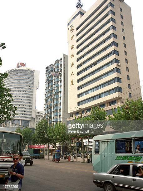 Stadt Wuhang Wuhan Provinz Hubei China Asien Reise Rundreise Gebäude Hochhaus Wolkenkratzer Straße Auto Touristen Einheimische Verkehr SC