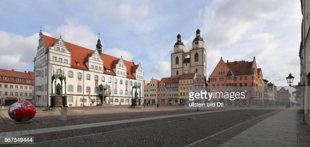 Stadtansicht Ansicht Markt Marktplatz Stadtkirche Rathaus l Lutherstadt Wittenberg Sachsen Anhalt Reformator Martin Luther Denkmal von Gottfried...