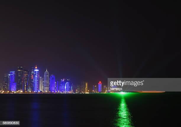 Stadtansicht Geschäftviertel bei Nacht von der Promenade La Corniche aus