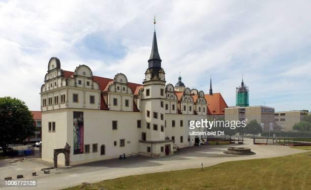 Stadtansicht mit Residenzschloss Dessau auch Stadtschloss Dessau dahinter Marienkirche und Rathaus in DessauRoßlau Dessau Mulde Muldebrücke...