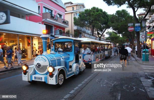 Stadtbahn faehrt abends durch die Stadt / Lido de Jesolo Urlaub Sommer Italien Italienische Republik italienisch Repubblica Italiana Italia /