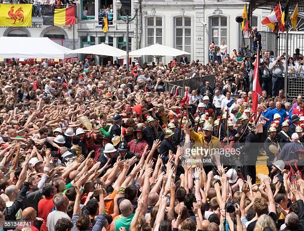 Stadtfest Doudou in Mons dicht gedrängt feierndes Publikum umringt den 'Heiligen Georg'