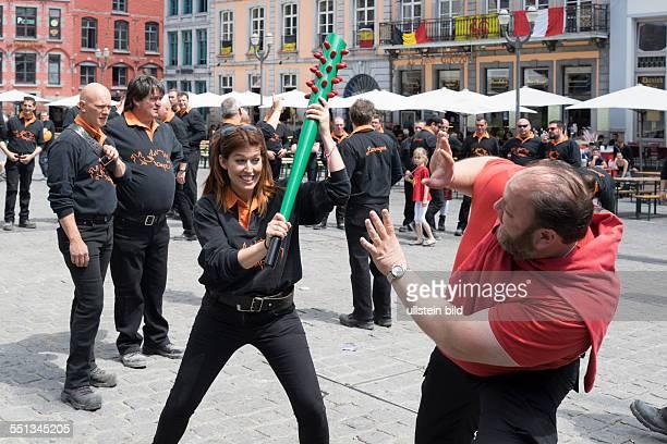 Stadtfest Ducasse in Mons immaterielles UNESCOWelterbe Mann und Frau spielen den Drachenkampf