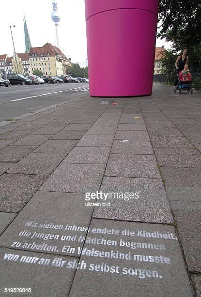 Stadtjubiläum 775 Jahre Berlin grosse pinkfarbene begehbare Infotuerme stehen in der historischen Mitte auf dem Strassenpflaster sind ca 500...