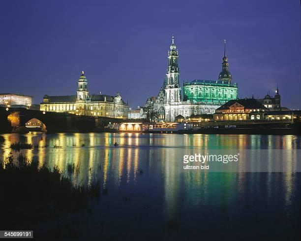 Stadtsilhouette mit Elbe, Baustelle Frauenkirche,Ständehaus, Katholische Hofkirche, ItalienischesDörfchen - Nachtaufnahme 2001