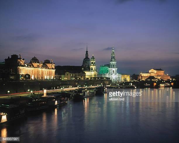 Stadtsilhouette mit Elbe, Kunstakademie,Ständehaus, Hofkirche und Semperoper- Nachtaufnahme 2001
