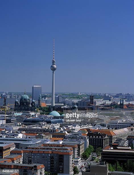 Stadtsilhouette mit v.l.n.r. Berliner Dom, Forum-Hotel, Marienkirche, Fernsehturm,Französischem Dom, Rotem Rathaus undNikolaikirche - 2001