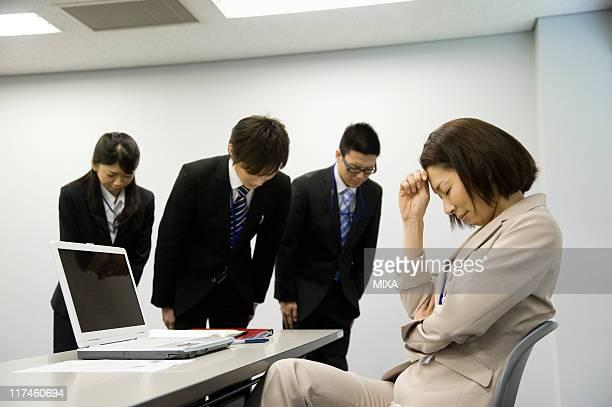 staff bowing to boss at office - 和解 ストックフォトと画像