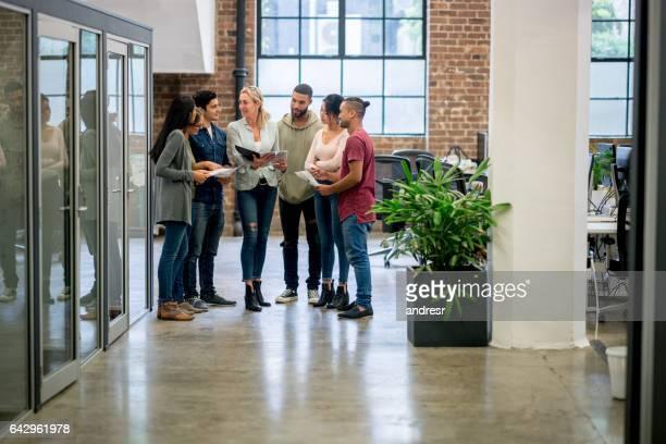 Réunion du personnel dans le bureau