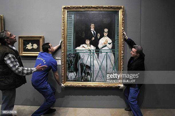 POUR L'ANGELUS DE MILLET L'HEURE DU DEPART POUR SHANGHAI A SONNE Staff members of the Orsay museum prepare to pack Le Balcon by French artist Edouard...