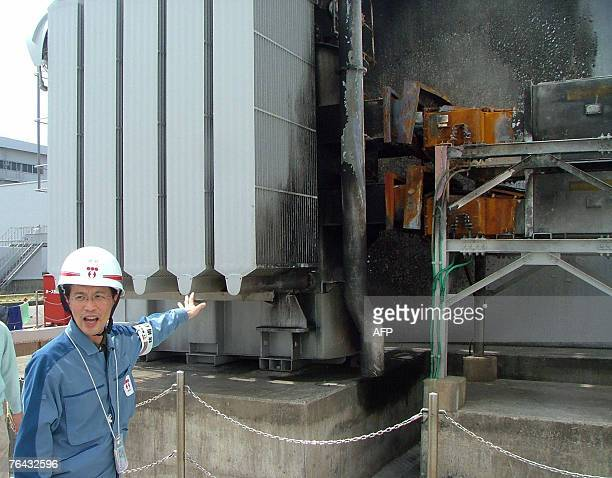 STORY JAPONENERGIENUCLEAIRESEISME A staff of Tokyo Electric Power's KashiwazakiKariwa nuclear plant shows 29 August 2007 a burned out wall after a...