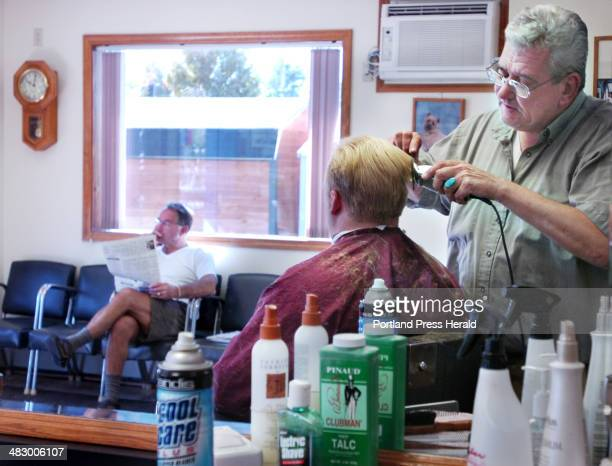 Staff Photo by Gordon Chibroski Tuesday September 27 2005 Richard Hutchins reads the paper in old barbershop style while waiting his turn as a walkin...