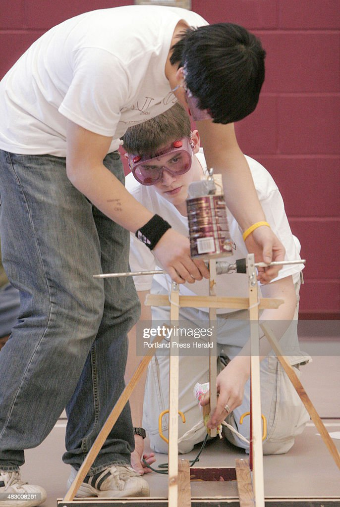 Jeremy Deming, below and Penn Chan make adjustments to their trebuchet during the 'Storm the Castle' : Fotografía de noticias