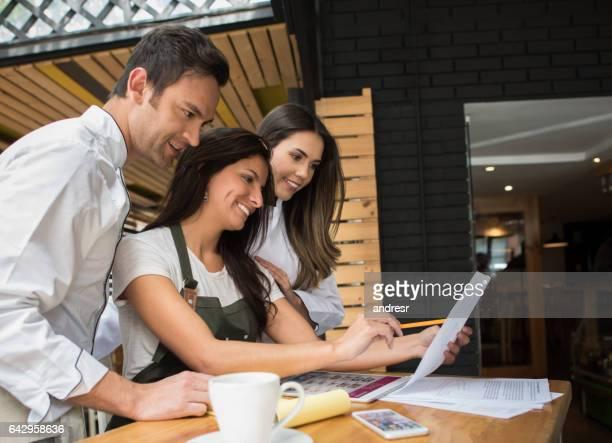 Mitarbeiter arbeiten an einen Business-Plan in einem restaurant