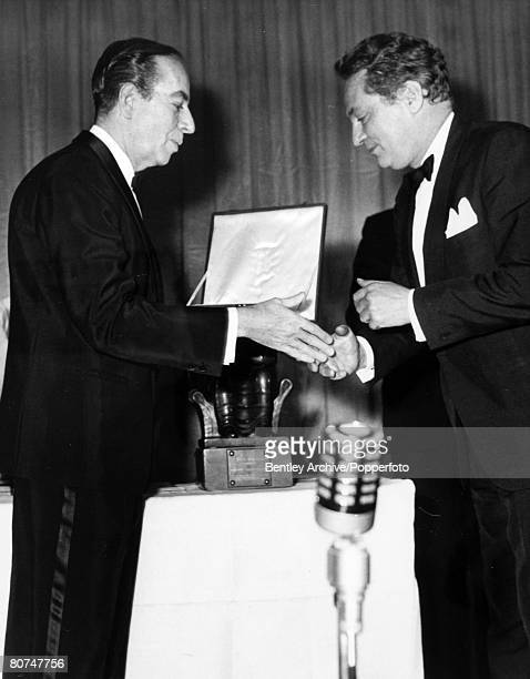 Stage and Screen Personalities London pic 5th April 1962 British Film Academy Awards British actor Peter Finch right receives his BAFTA award for...