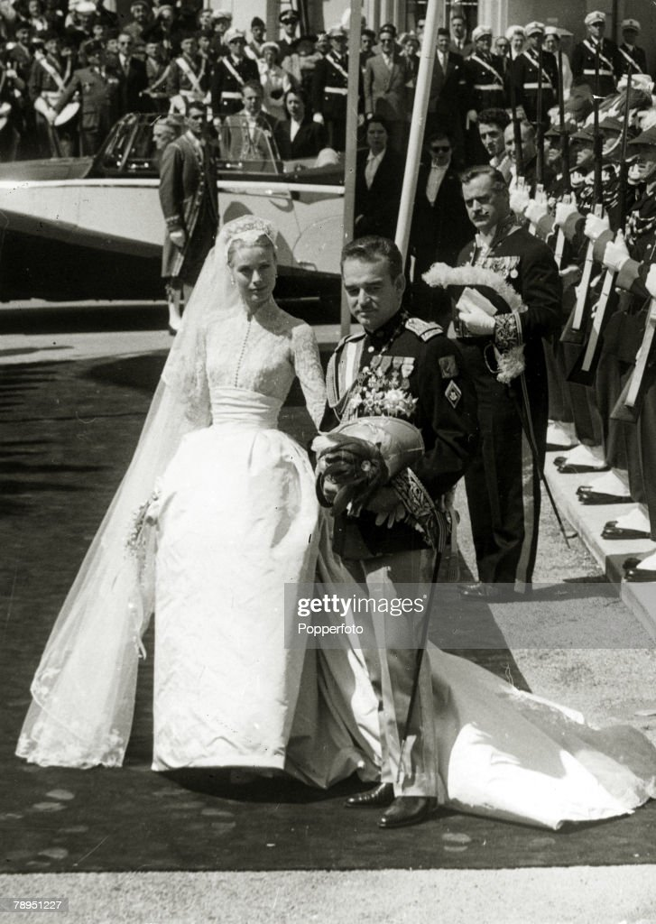 """Stage and Screen. Personalities. pic: 18th April 1956. American actress Grace Kelly marries Prince Rainier of Monaco. Grace Kelly, (1929-1982) born in Philadelphia, was a cool, elegant beauty, who starred in such films as """"High Noon"""" and """"To Catch A Thief : News Photo"""