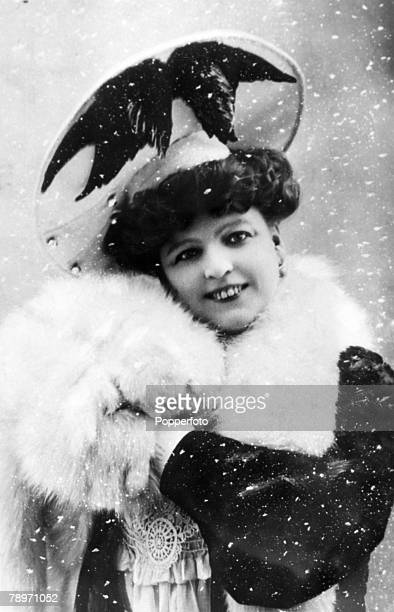circa 1900 Marie Lloyd English music hall singer and comedienne some of her songs described as 'racy'